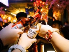 百威亚太股价创新低:本土酒企崛起